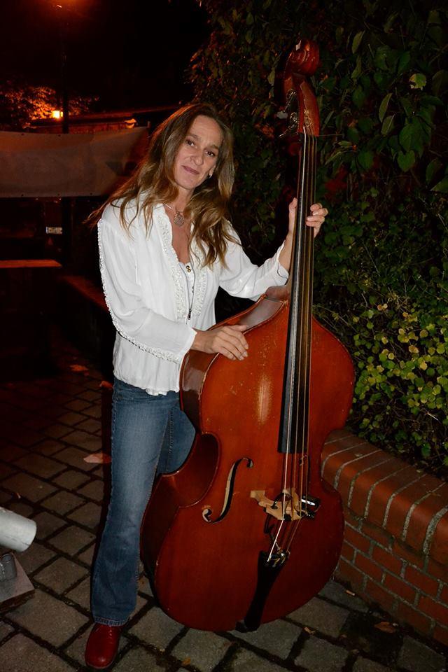 Karin Daym mit Bass